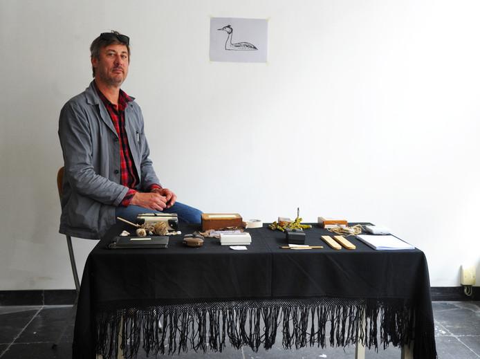 Broeder Dieleman aan tafel in zijn anti-kraakatelier in Middelburg.