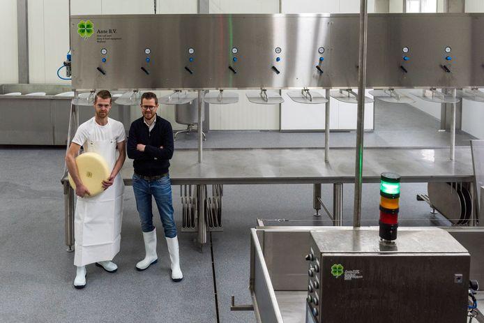 Melkboerderij Nieuwerwets waar Wilco de Crom (Rechts) en zijn broer Frank de Crom  een energieneutrale kaasmakerij bouwen.
