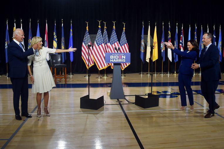 De eerste persconferentie van Joe Biden (links met zijn vrouw Jill) en zijn running mate Kamala Harris met haar man Douglas Emhoff.  Beeld AFP
