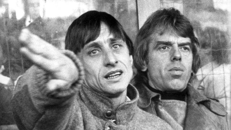 Johan Cruijff met naast zich Leo Beenhakker. Beeld anp