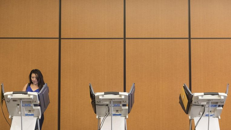 Iemand brengt een stem uit in de Amerikaanse presidentsverkiezingen op 8 november in Olathe, Kansas. Beeld afp