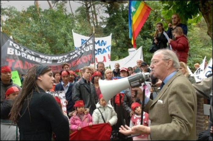 Honorair consul van Birma, Herman Stevens, beantwoordt vragen van demonstranten voor het consulaat van Birma in Breda. foto Ron Magielse/ het fotoburo