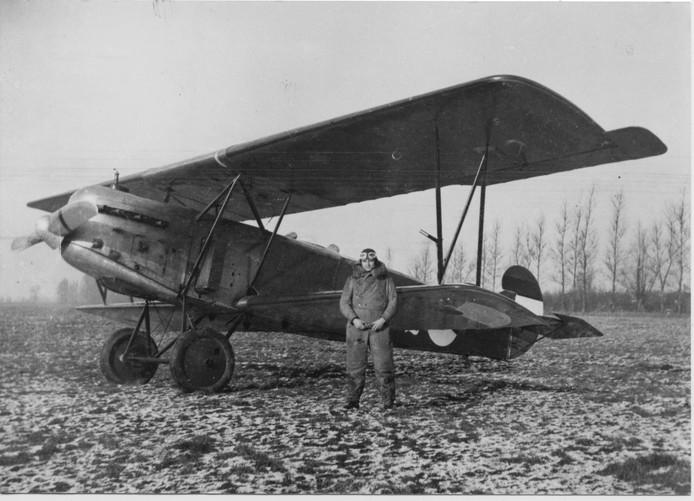 Piloot Antoon van Liempd uit Schijndel bij zijn Fokker. Hij kwam aan het begin van de Tweede Wereldoorlog om het leven.