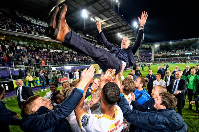 De spelers van Genk vieren met Philippe Clement het behalen van de landstitel.