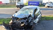 Automobilist wordt onwel en botst frontaal met vrachtwagen