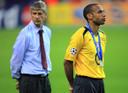 Thierry Henry treurt na de verloren Champions League-finale met Arsenal tegen FC Barcelona in 2006.