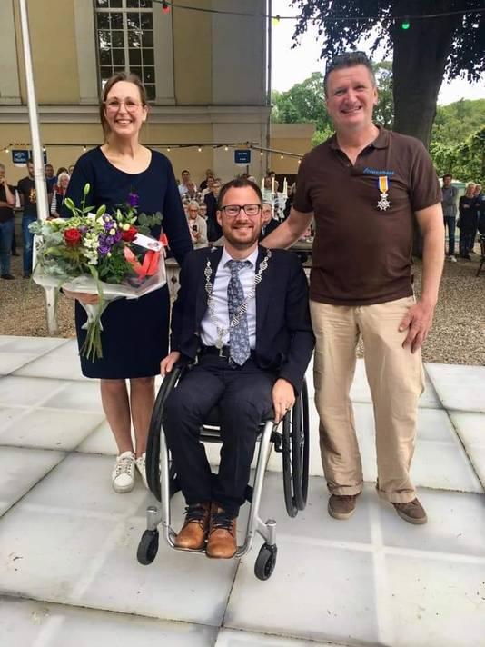 Bart Bresser (rechts) is geridderd door burgemeester Otwin van Dijk (midden).