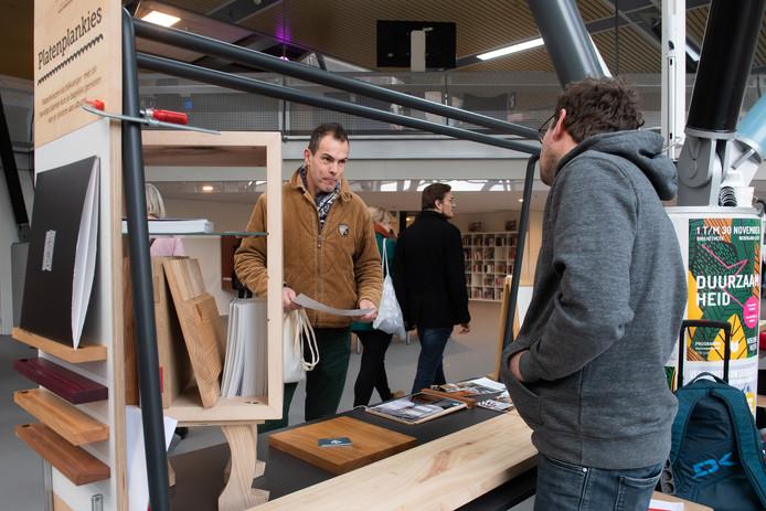 Bij de duurzaamheidsmarkt in de Nieuwe Veste, waar de 'Wasstraat' werd gepresenteerd, stonden ook de Houtbroeders met een stand.
