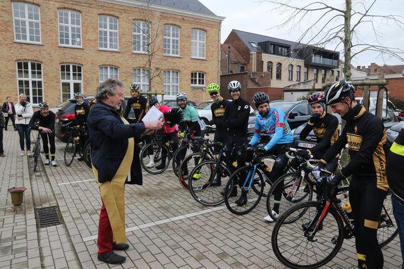 Voor de aanvang van hun tocht werden de wielrenners gewijd.