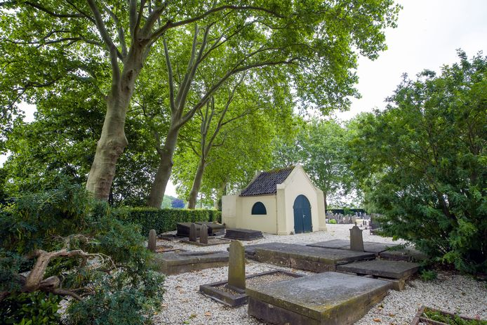 Het baarhuisje op de begraafplaats van Heerewaarden dient nu nog als opslag van materialen en gereedschap, maar krijgt binnenkort twee urnenwanden.