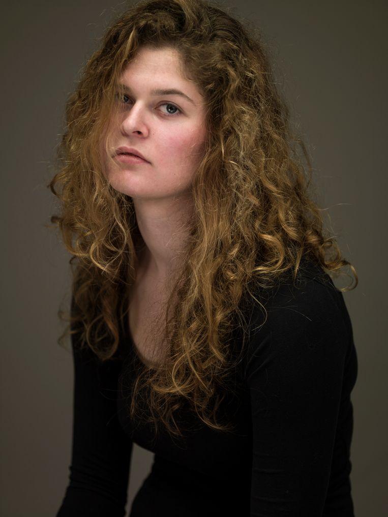 Laura Hospes (Wageningen, 1994) studeerde in 2016 'with honour' af aan de Fotoacademie in Amsterdam. Op de expo NUDE NOW (Museum Hilversum, t/m 22 september), een geschiedenis van de naaktfotografie, is werk van haar te zien, naast dat van onder anderen Helmut Newton, Ed van der Elsken en Eva Besnyö. Ook toont zij voor het eerst haar videokunst. Beeld Koos Breukel