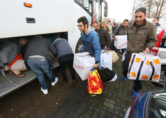 Syrische asielzoekers die in 2017 verhuisden van hun tijdelijke opvang in Apeldoorn naar opvangplekken in Oss en Zeewolde.