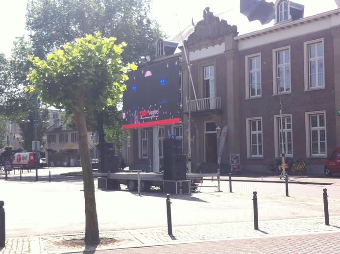 De talks zijn op grote schermen in Veghel te volgen.