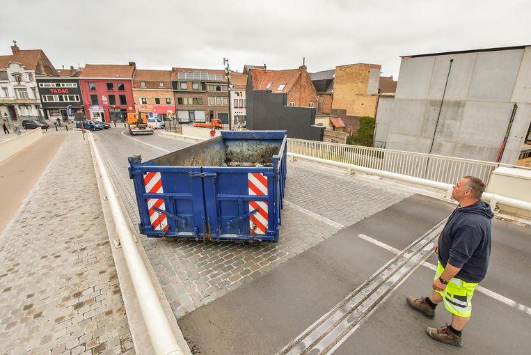 Door de container konden auto's niet meer over de brug.