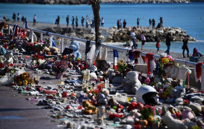 Een bloemenzee markeert de plek waar de vrachtwagen twee jaar geleden 84 mensen doodreed op Frankrijk's nationale feestdag 14 juli.