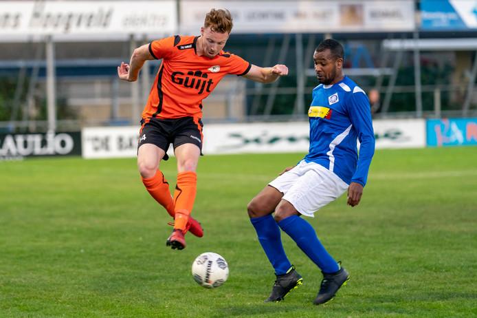 De derby tussen RKHVV (met Civard Sprockel rechts) en De Bataven (met Daan Basten links) wordt nu in het paasweekeinde, op zaterdag 11 april gespeeld.