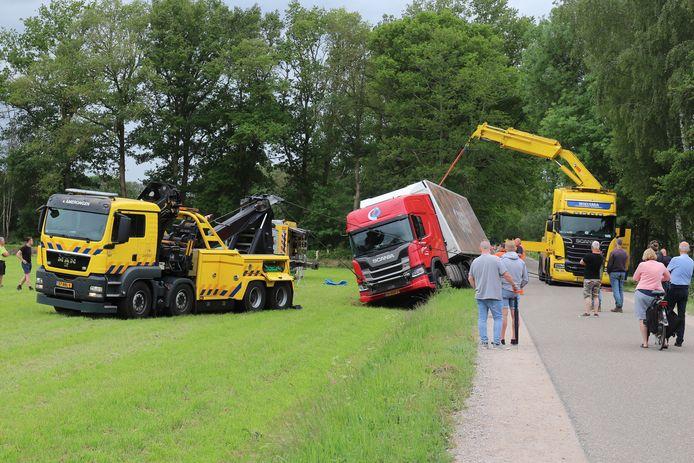 De berging van de vrachtwagen aan de Woudweg in Nijkerk trok veel bekijks.