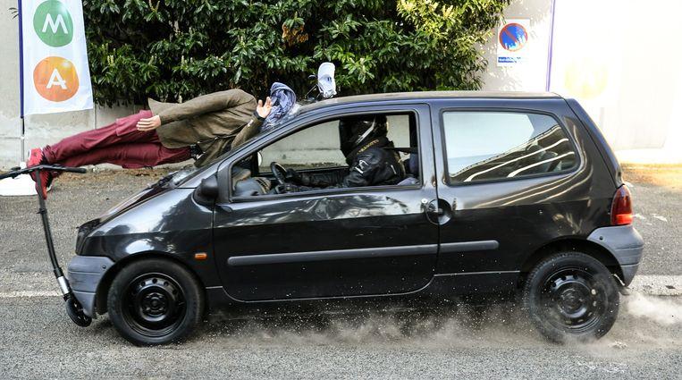 De verzekeringsmaatschappij MMA deed eerder dit jaar een crashtest met een elektrische step in Parijs.  Beeld AFP