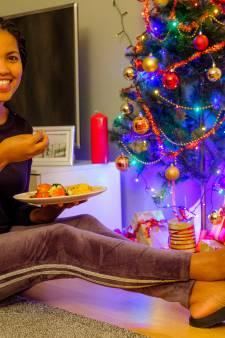 Helemaal blij met injera aan voet van de kerstboom