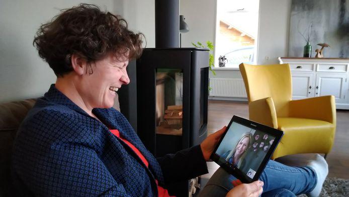 Doortje Klijnstra in videogesprek met coach Rita Mulder.