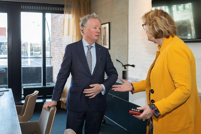 Jean Paul Gebben bewondert zijn nieuwe werkkamer. Rechts Ineke Bakker, waarnemer in Dronten.