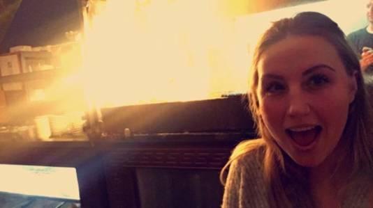 """Dena van der Noordt maakte een paar minuten voor ze doorhad dat er brand was nog een selfie. ,,Ik had toen nog niet het idee dat het foute boel was."""""""