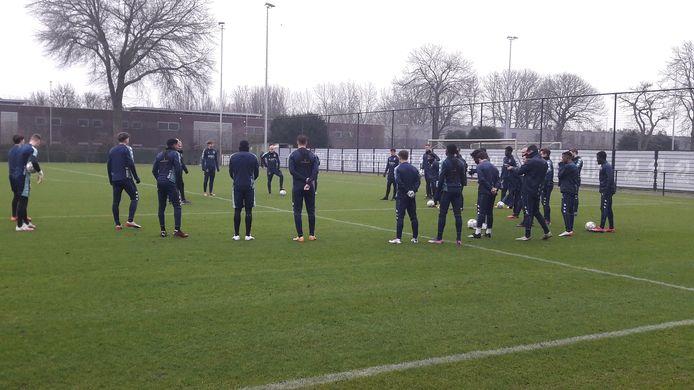 Adrie Koster spreekt de spelers van Willem II toe bij de eerste training in 2021.