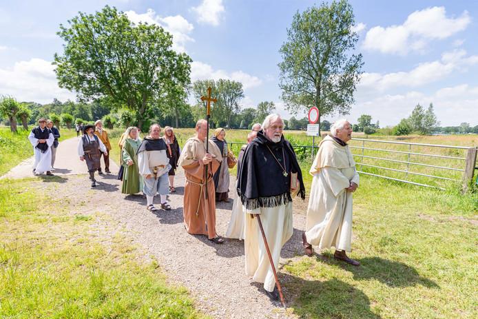De groep geestelijken, leken en Hanzekooplieden met Thomas a Kempis vlucht vanuit het Agnietenklooster naar de Vecht om vervolgens per boot naar Hasselt te varen