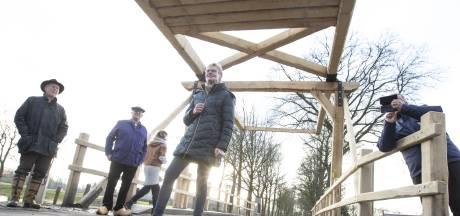 Historische brug in Enter heeft een nieuw houten jasje