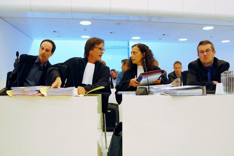 FNV delegatie, Niels Suijker (L) en advocaat Anton Broos (2eL) en delegatie CNV, Martijn den Heijer van CNV Dienstenbond (R) en advocaat Aydemir (2eR) bij het gerechtshof in Amsterdam. Het gerechtshof spreekt zich uit over het loonoffer van het personeel waar warenhuisketen Vroom en Dreesman (V&D) om vraagt, 2015. Beeld Bas Czerwinski