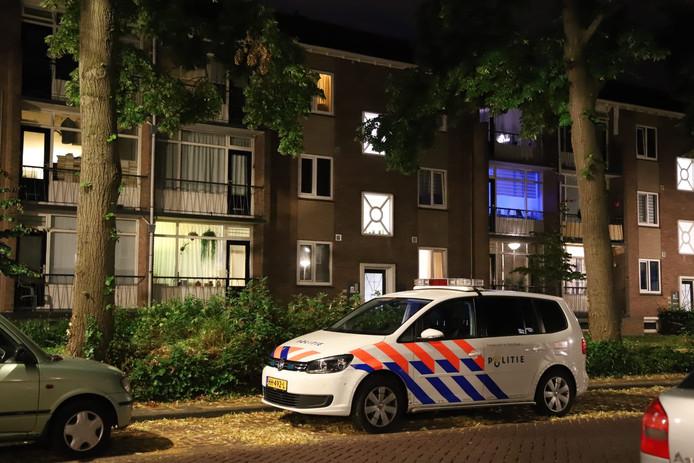 De politie deed onderzoek na de woningoverval aan de Johannes van Vlotenlaan in Deventer.