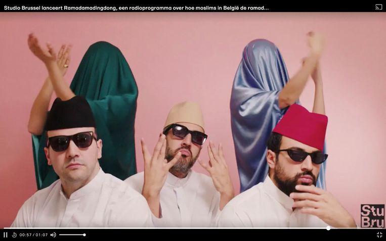 """Rachid, Mous en Youssef als rappers, met hun hoogsteigen achtergronddanseressen - ze gaan voor """"een gezonde dosis coolness"""" ."""