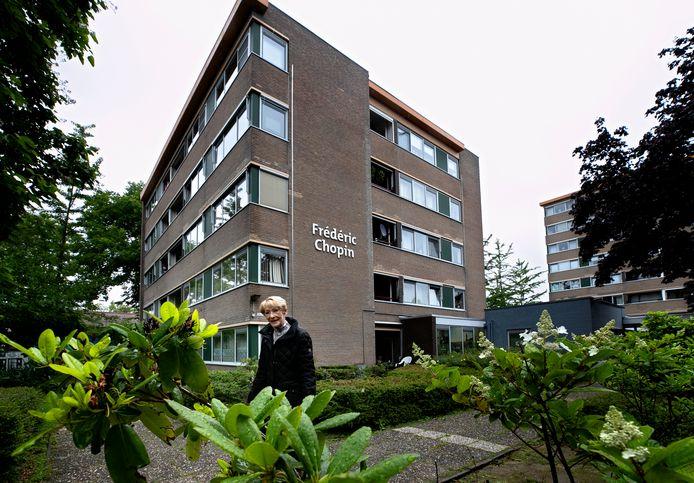 Thea Oosterveer bij appartementencomplex Frédéric Chopin. Zij is met andere bewoners boos op verhuurder Woonbedrijf. FOTO RENÉ MANDERS/DCI MEDIA