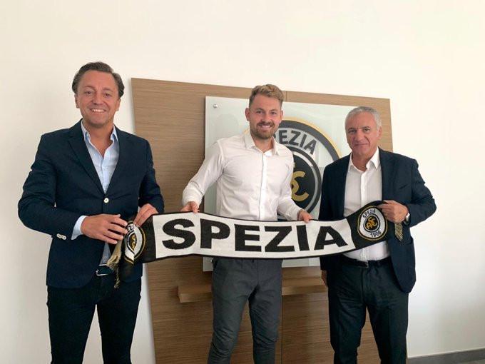 Jeroen Zoet, met links zijn zaakwaarnemer Frank Schouten van Key Sports Management en clubeigenaar Gabriele Volpi.