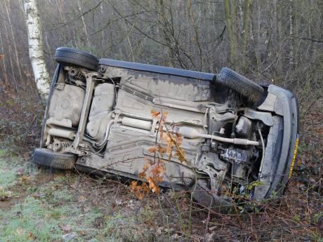 Auto belandt op zijkant door ongeluk op glad kruispunt in Heijen