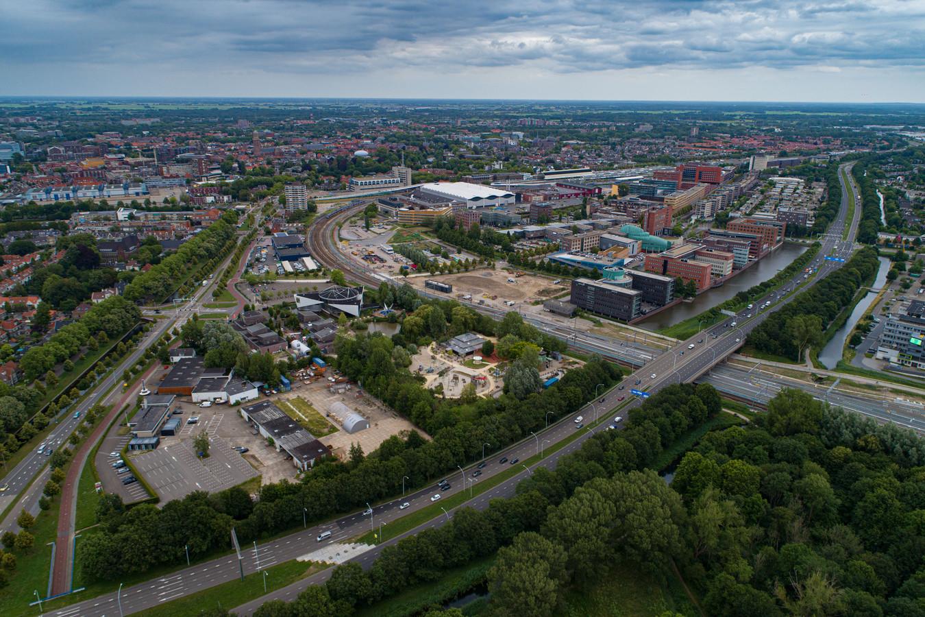 Kantorenwijk Hanzeland gezien vanaf de kant van het Engelse Werk. Zwolle ziet Hanzeland als haar tweede stadscentrum, waar duizenden extra woningen moeten komen. In de hoek tussen IJsselallee (onder) en Veerallee (links) worden naast Dinoland op de plek waar nu nog panden staan honderden woningen gebouwd, net als aan de andere kant van het spoor (ongeveer in het midden van de foto). Aan de andere kant van Hanzeland (rechtsachter) komen huizen op de Hanzebadlocatie.