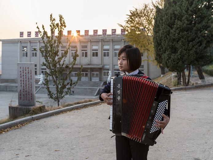 Een meisje speelt accordeon in het Kaesong Schoolchildren's Palace. De accordeon is een populair instrument dat van de Sovjet-Unie is overgeërfd. Nu produceert Noord-Korea zijn eigen accordeons.