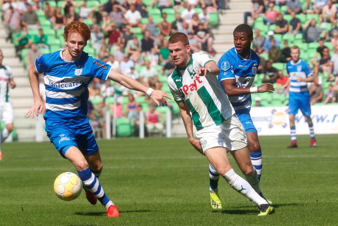 FC Groningen-speler Django Warmerdam (r), in duel met Sepp van den Berg van PEC Zwolle.