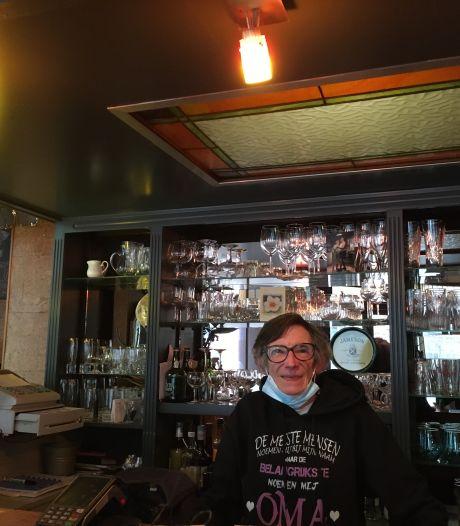 """Nadia Joos (64), uitbaatster café 't Kanon, stopt ermee: """"Mijn achterkleinkinderen krijgen eindelijk een 'gewone' bomma"""""""