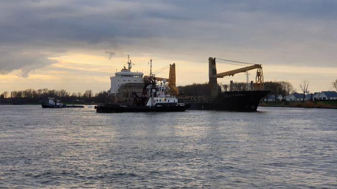 Een vastgelopen schip in de Oude Maas eerder dit jaar.