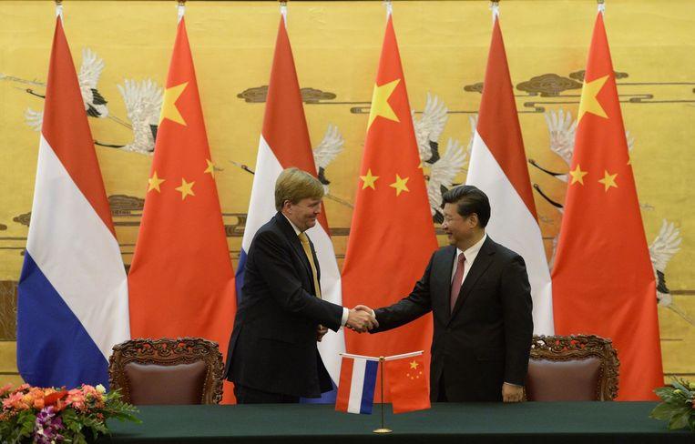 Koning Willem-Alexander en de Chinese president Xi Jinping vandaag in Peking. Beeld AFP