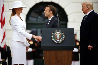 Het is de hoed van Melania die met alle aandacht gaat lopen tijdens meeting tussen Trump en Macron