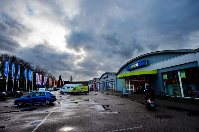 De winkellocatie aan de Europaweg in Apeldoorn maakt plaats voor een nieuw - groter - winkelcentrum.