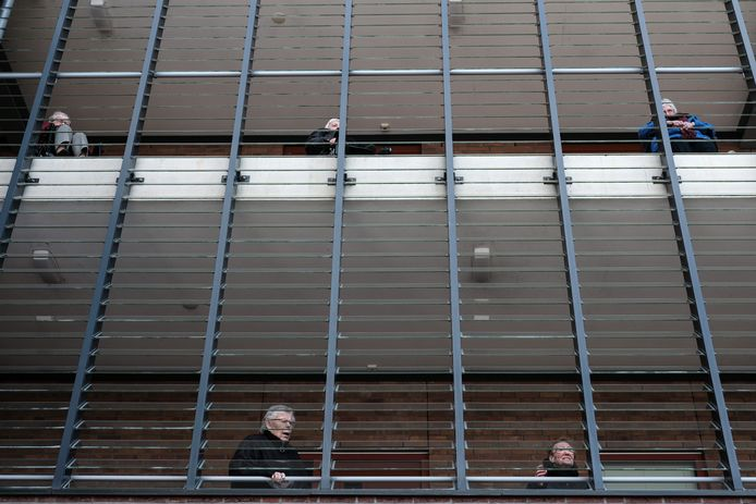Diverse bewoners bekeken vanaf de galerijen het optreden van Willem Jansen en Meriam Bruggink.