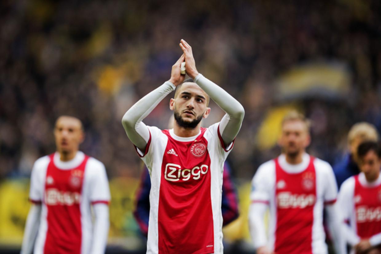 Hakim Ziyech van Ajax bedankt het publiek na afloop van de wedstrijd tegen Vitesse.  Beeld Olaf Kraak
