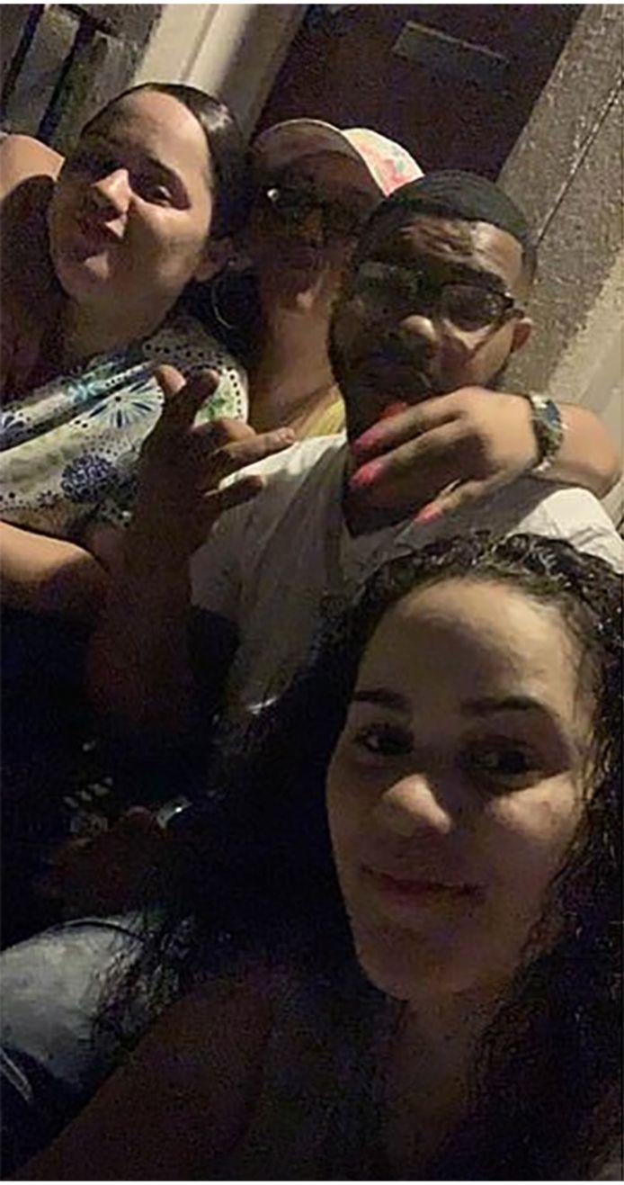 Zo'n twee uur voor haar dood postte Anna nog een vrolijke selfie op Facebook. De vrouw bovenaan links is haar tweelingzus Amanda.