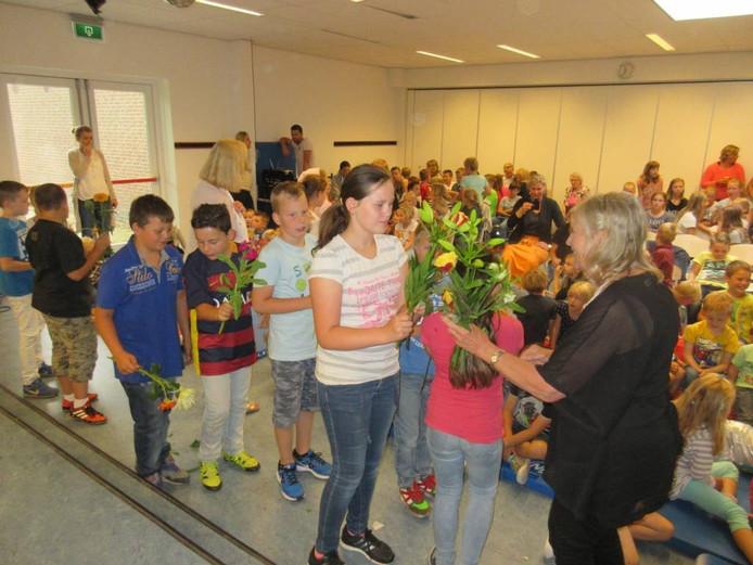 Felicitaties en bloemen voor juf Anja