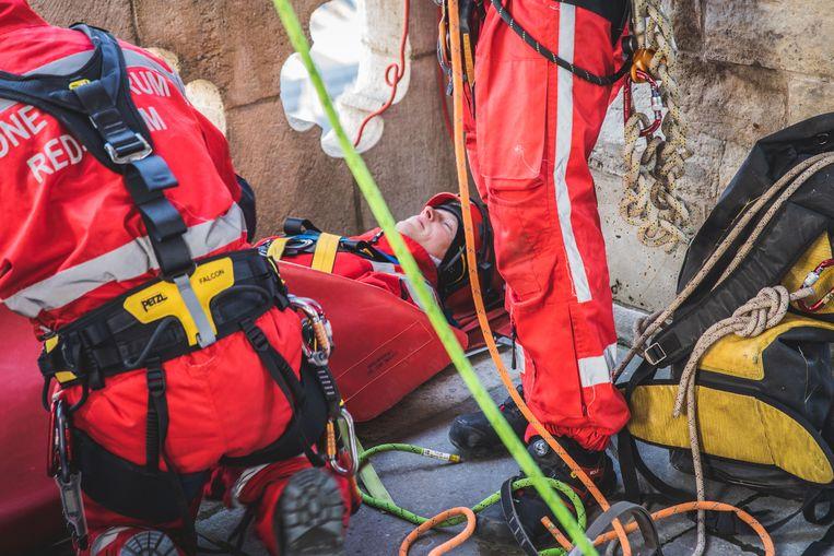 Een van de brandweermannen speelt het slachtoffer.