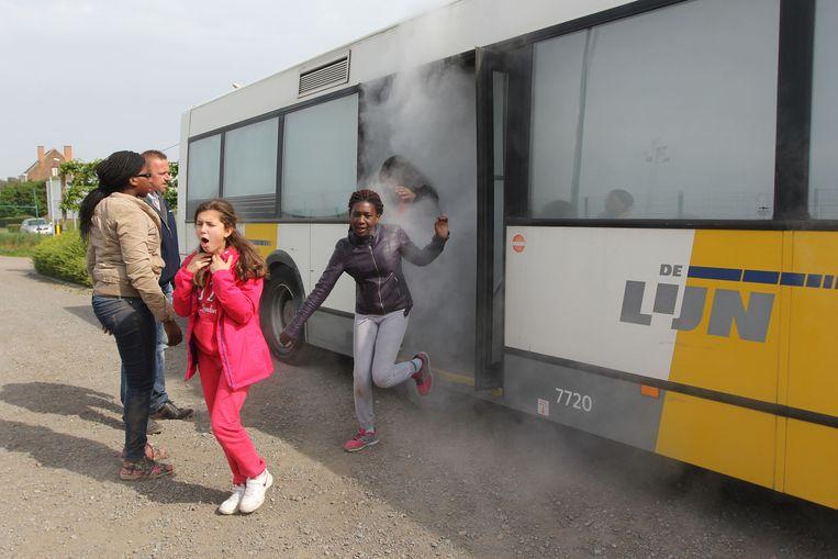 Jongeren van de Leeuwse basisscholen redden zichzelf van een bus tijdens een noodsituatie.