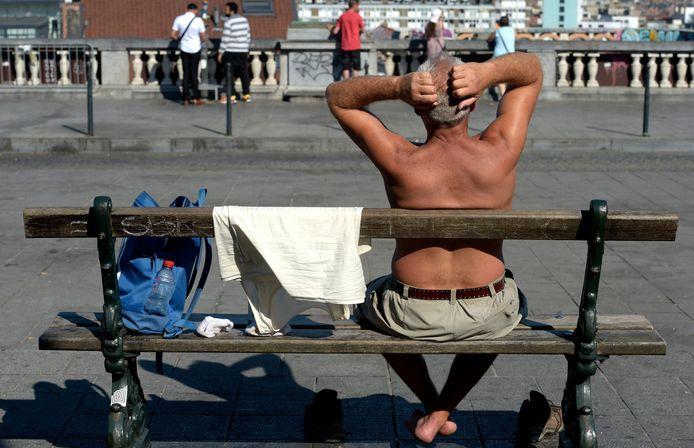 Even uitpuffen op een bankje in Brussel. Als onze lichaamstemperatuur warmer wordt dan 40 graden, kan het ook voor onze hersenen gevaarlijk worden.